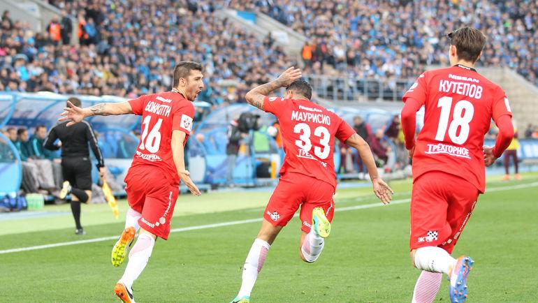 Сальваторе БОККЕТТИ (слева) сравнивает счет в матче. Фото Владислав ПЕТРОВСКИЙ