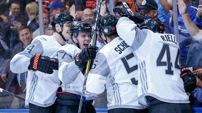 Игроки сборной Северной Америки празднуют заброшенную шайбу. Фото USA TODAY Sports