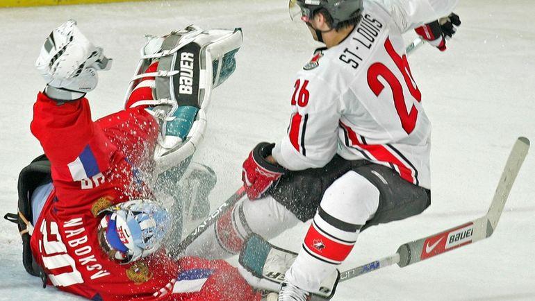 На Олимпиаде-2006 в Турине Евгений НАБОКОВ стал главным героем четвертьфинального матча со сборной Канады (2:0), отразив все 27 бросков Мартена САН-ЛУИ и его партнеров. Фото Александр ВИЛЬФ