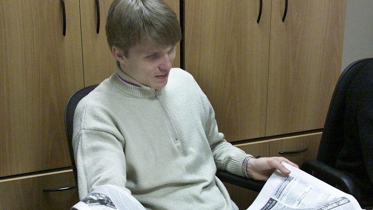 """2000 год. Павел КОЛОБКОВ в редакции """"СЭ"""". Фото Дмитрий СОЛНЦЕВ"""