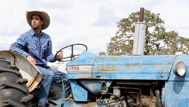 """Даниэль РИККЬЯРДО перед """"Гран-при США"""" посетил ранчо и покатался на тракторе. Фото AFP"""