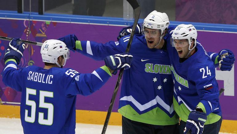 Роберт САБОЛИЧ (№55), Анже КОПИТАР (в центре) и Рок ТИЧАР празднуют гол в матче олимпийского турнира в Сочи. Фото REUTERS