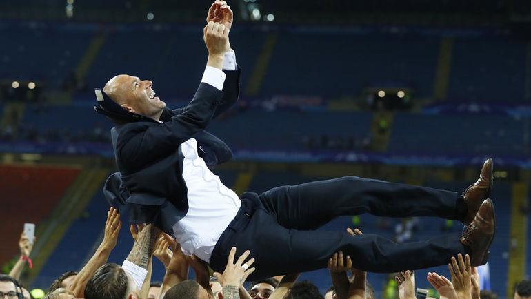 Игроки качают Зинедина ЗИДАНА на руках после победы в финале Лиги чемпионов-2015/16. Фото REUTERS