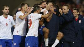 Суббота. Кардифф. Уэльс - Сербия - 1:1. Гости празднуют гол Александра МИТРОВИЧА, забитый в концовке встречи.