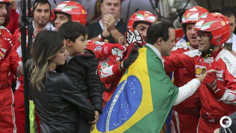 Воскресенье. Сан-Паулу. Фелипе МАССА, его жена и сын. Фото REUTERS