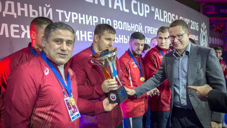 Президент АЛРОСА Андрей ЖАРКОВ (справа) вручает победителям Межконтинентальный кубок. Фото Пресс-служба ФСБР
