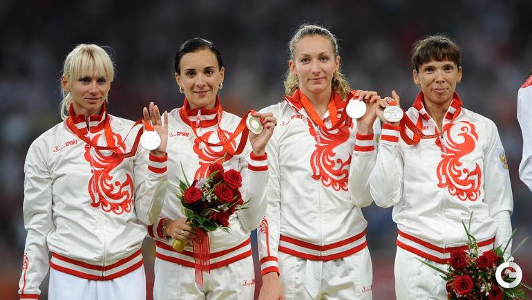 Анастасия КАПАЧИНСКАЯ и Татьяна ФИРОВА (вторая и первая справа), легкая атлетика (4х400 м). Место - 2-е (Пекин-2008). Препарат - станозолол, туринабол.