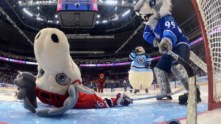 Порой хоккей дарит очень необычные буллиты. Фото Владимир БЕЗЗУБОВ и Юрий КУЗЬМИН, photo.khl.ru