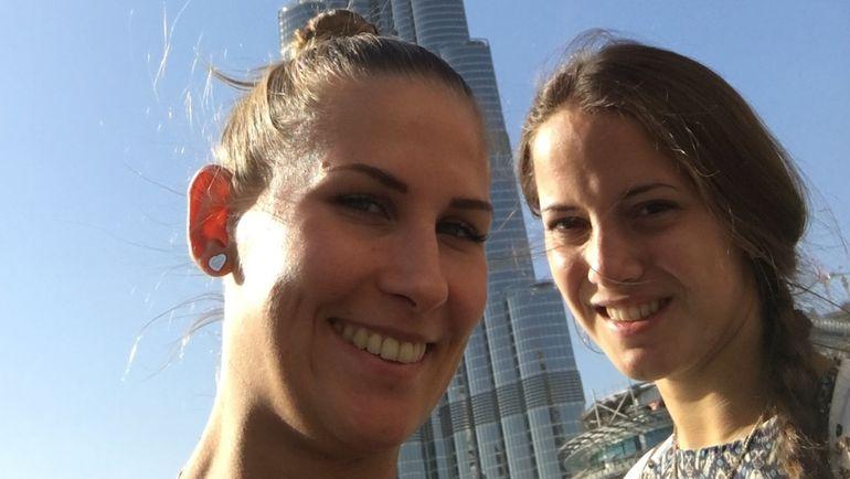Алла ШИШКИНА (слева) и Гелена ТОПИЛИНА на фоне башни Бурдж Халифа.
