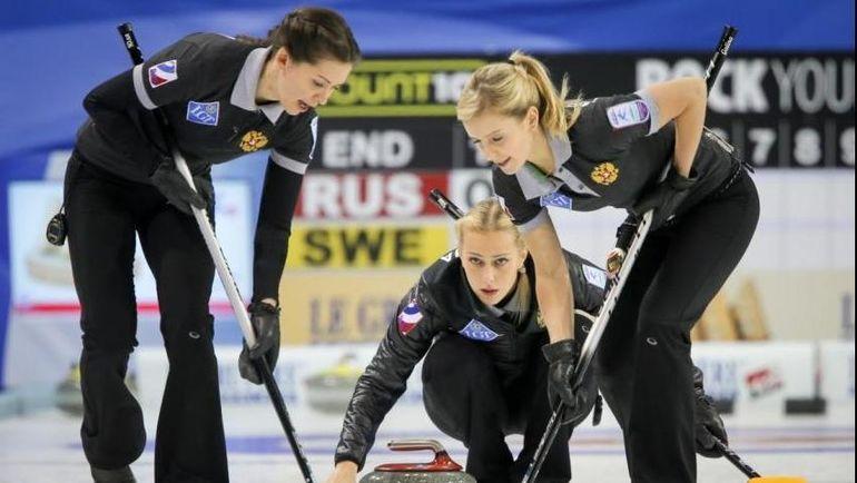Галина АРСЕНЬКИНА (слева), Виктория МОИСЕЕВА (в центре) и Юлия ГУЗИЕВА. Фото worldcurling.org