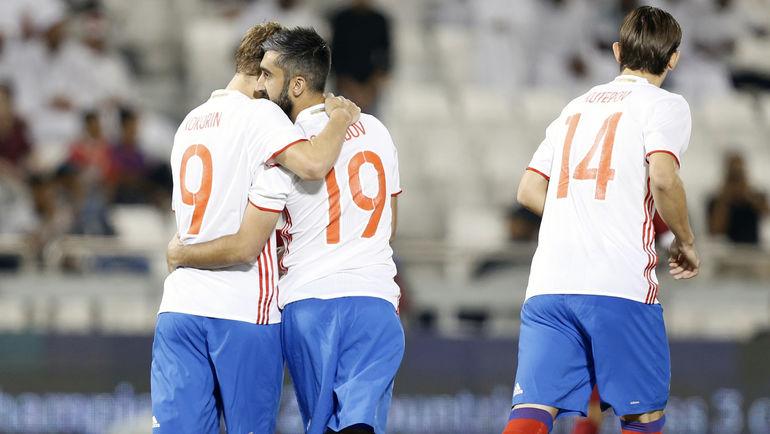 Александр КОКОРИН (слева) и Александр САМЕДОВ: из двух пенальти в матче с Катаром в Дохе гостями был реализован только один - и команда Станислава Черчесова проиграла. Фото AFP