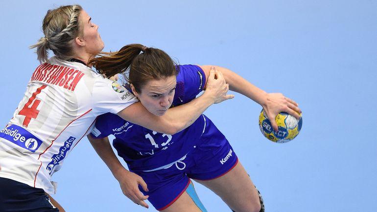 Пятница. Хельсинборг. Норвегия - Россия - 23:21. Анна ВЯХИРЕВА (справа) в борьбе за мяч с Вероникой КРИСТИАНСЕН. Фото AFP