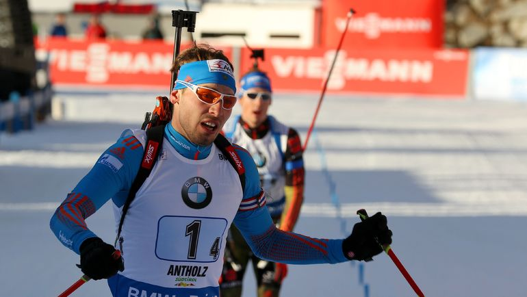Антон ШИПУЛИН опережает на финише эстафеты в Антхольце Симона ШЕМПА. Фото AFP