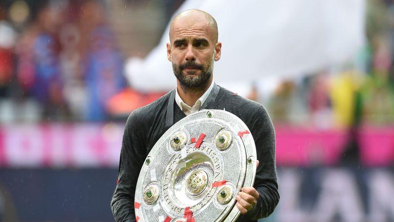 Пеп ГВАРДЬОЛА с трофеем за победу в бундеслиге. Фото AFP