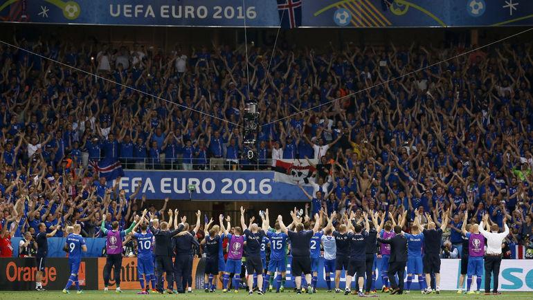 27 июня. Ницца. Англия - Исландия - 1:2. Исландцы вместе с болельщиками празднуют выход в четвертьфинал. Фото REUTERS