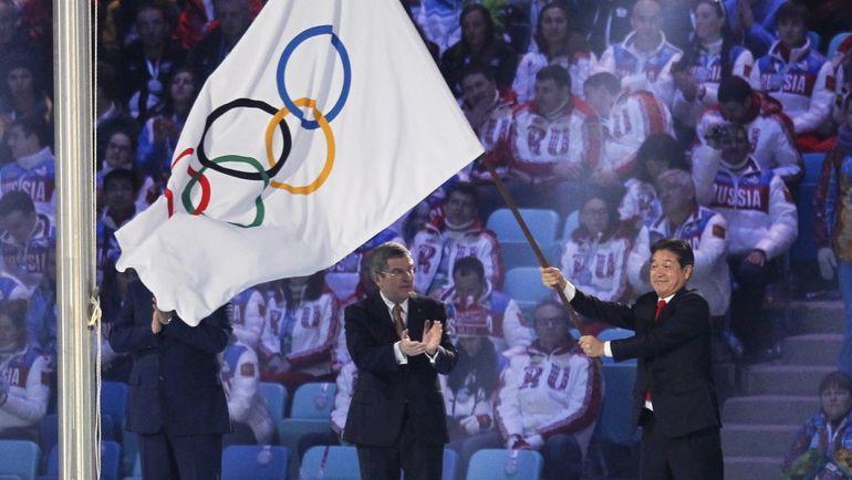 Президент МОК Томас БАХ (в центре) только что передал олимпийское знамя от Сочи-2014 мэру Пхенчхана Ли СОК-РА. Фото REUTERS