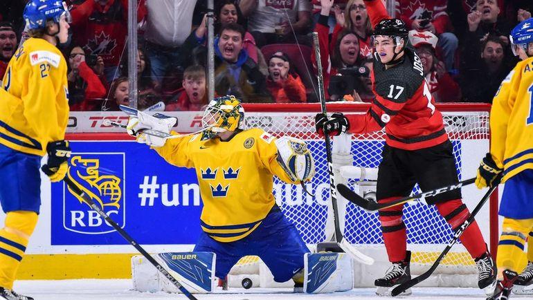 Среда. Монреаль. Швеция - Канада - 2:5. Голкипер сборной Швеции Феликс СЭНДСТРЕМ пропускает гол. Фото AFP