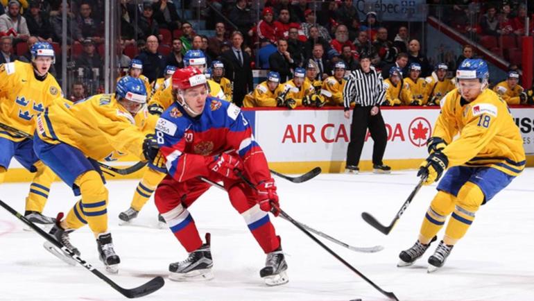Сегодня. Монреаль. Швеция - Россия - 1:2 ОТ. Кирилл УРАКОВ (в центре) в борьбе со шведскими хоккеистами. Фото worldjunior2017.com