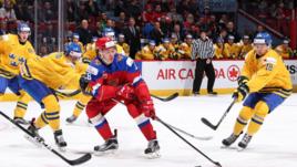 Сегодня. Монреаль. Швеция - Россия - 1:2 ОТ. Кирилл УРАКОВ (в центре) в борьбе со шведскими хоккеистами.