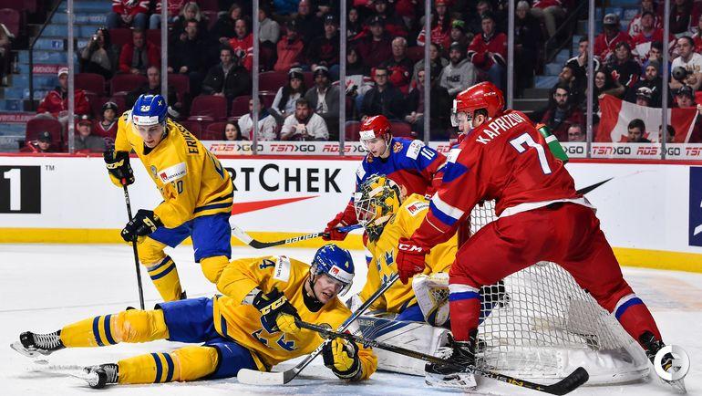 Сегодня. Монреаль. Швеция - Россия - 1:2 ОТ. Кирилл КАПРИЗОВ (справа) атакует ворота сборной Швеции.