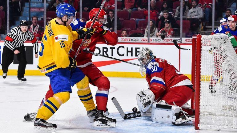 Сегодня. Монреаль. Швеция - Россия - 1:2 ОТ. Лиас АНДЕРССОН (слева) атакует ворота сборной России. Фото AFP