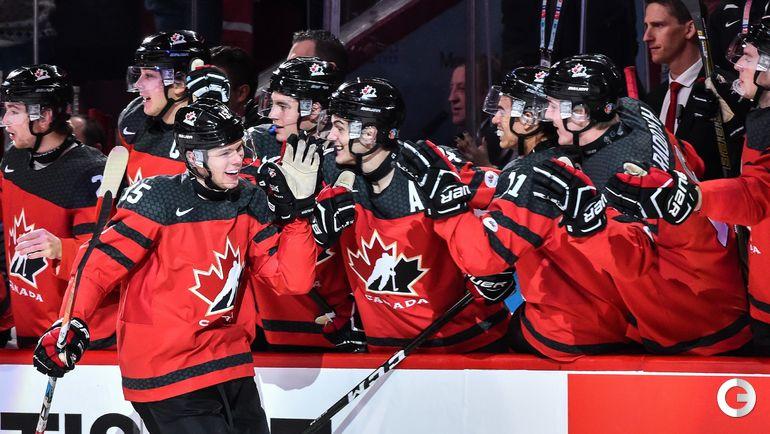 Четверг. Монреаль. США - Канада - 5:4 Б. Жереми ЛОЗОН (слева) радуется забитому голу. Фото AFP
