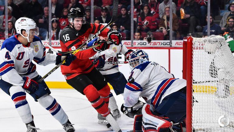 Четверг. Монреаль. США - Канада - 5:4 Б. Тэйлор РЭДДИШ (в центре) атакует ворота сборной США. Фото AFP