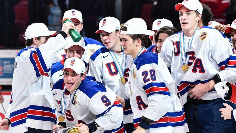 Американские хоккеисты празднуют победу на молодежном чемпионате мира. Фото AFP