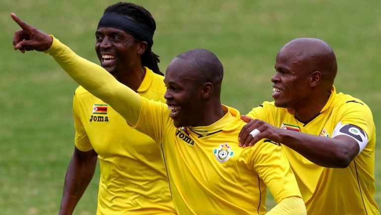 Ноледж МУСОНА (в центре) с партнерами по сборной. Фото AFP