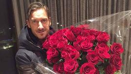 Марадона дарит розы Тотти.
