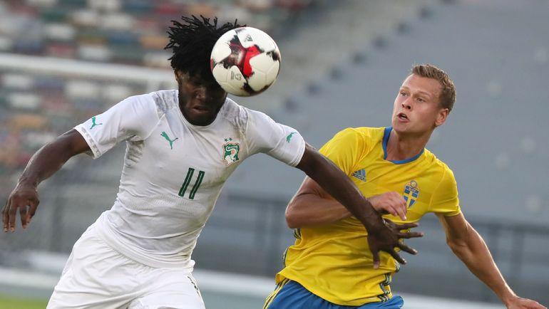 Виктор КЛАЕССОН (справа) - в игре за сборную Швеции. Фото AFP