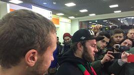 Сегодня. Шереметьево. Так встречают освобожденных из французской тюрьмы российских фанатов.