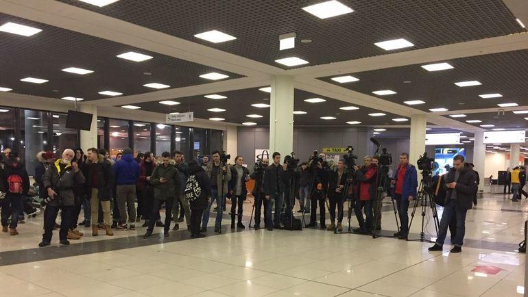 """Сегодня. Так встречают освобожденных из французской тюрьмы российских фанатов. Фото """"СЭ"""""""