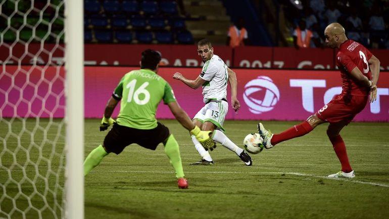 Сегодня. Габон. Алжир - Тунис - 1:2. Ислам СЛИМАНИ (на заднем плане) атакует ворота соперника. Фото AFP