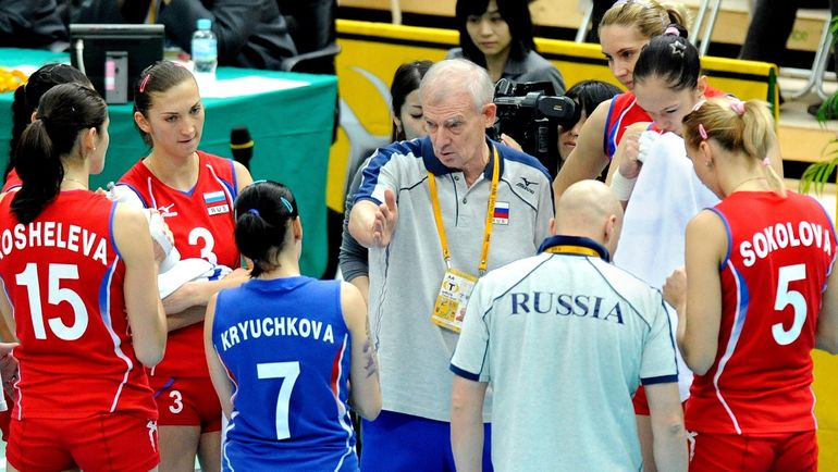 Владимир КУЗЮТКИН (в центре) уже работал с женской сборной России, выиграв с ней чемпионат мира-2010. Фото AFP