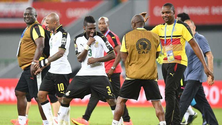 Суббота. Порт-Жантиль. Гана - Мали - 1:0. Асамоа ГЬЯН (в центре) празднует победу с партнерами по команде и членами штаба. Фото AFP