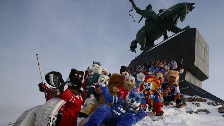 Маскоты у памятника Салавату Юлаеву. Фото Андрей ГОЛОВАНОВ, photo.khl.ru