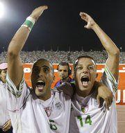 Игроки сборной Алжира Язид МАНСУРИ (слева) и Самир Зауи празднуют после очередного матча отборочного турнира. Фото REUTERS Фото REUTERS