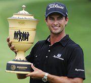 Адам СКОТТ с призом за победу на World Golf Championships-Bridgestone Invitational. Фото REUTERS Фото REUTERS