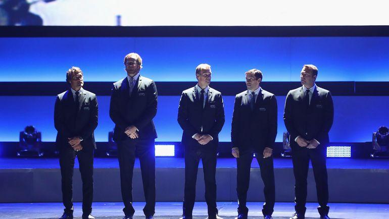 Теему СЕЛЯННЕ, Крис ПРОНГЕР, Никлас ЛИДСТРЕМ, Павел ДАЦЮК и Мартин БРОДЕР на церемонии чествования 100 лучших игроков в истории НХЛ. Фото AFP