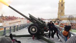 Роберта Винчи выстрелила из пушки Петропавловской крепости