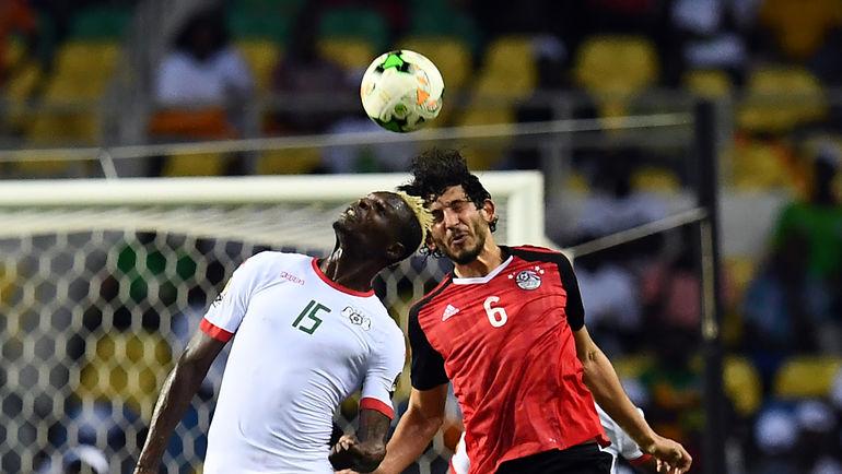 Сегодня. Либревиль. Буркина-Фасо - Египет - 1:1. Пенальти - 3:4. Аристид БАНСЕ (слева) и Ахмед ХЕГАЗИ. Фото AFP