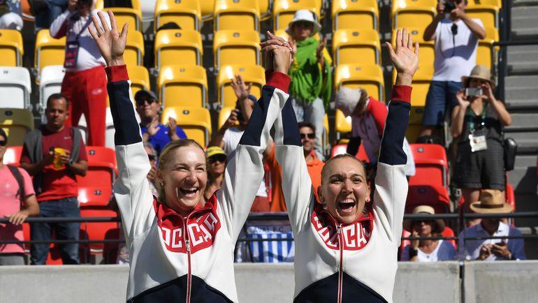 14 августа 2016 года. Рио-де-Жанейро. Елена ВЕСНИНА (справа) и Екатерина МАКАРОВА - олимпийские чемпионки. Фото AFP