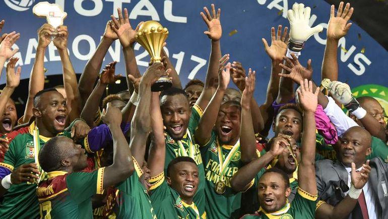 Воскресенье. Либревиль. Египет - Камерун - 1:2. Футболисты сборной Камеруна с трофеем. Фото AFP