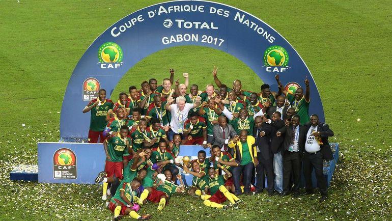 Воскресенье. Либревиль. Египет - Камерун - 1:2. Футболисты сборной Камеруна с трофеем. Фото REUTERS
