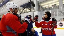 Овечкин сыграл в хоккей с арабской хоккеисткой
