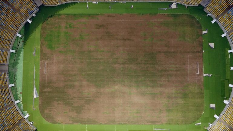 """На всемирно известном стадионе """"Маракана"""", который играл ключевую роль на чемпионате мира по футболу-2014 и Олимпиаде-2016, сейчас высохла трава на изношенном поле и появились дыры на местах для зрителей. Фото REUTERS"""