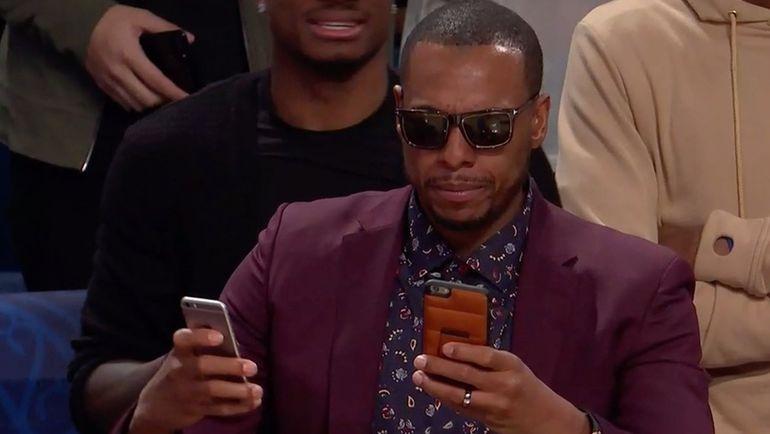 Вчера. Новый Орлеан. Пол ПИРС порвал соцсети, попав несколько раз в кадр, когда он снимал конкурс по броскам сверху сразу на два телефона.