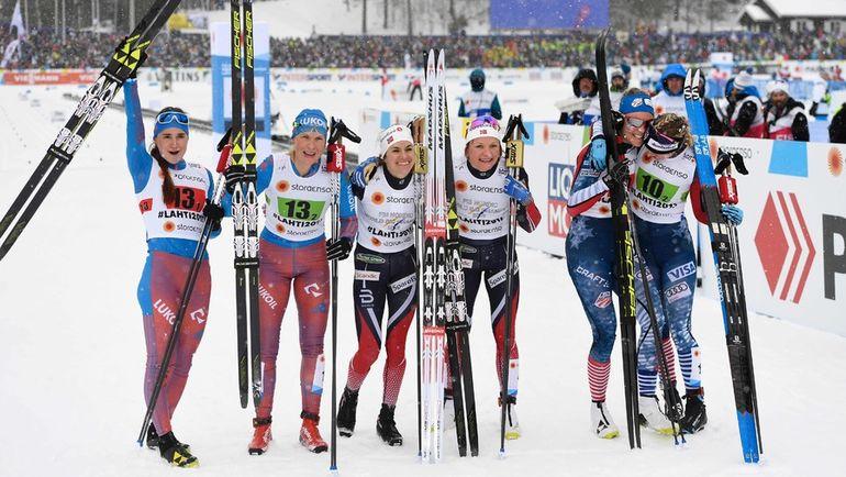 Сегодня. Лахти. Юлия БЕЛОРУКОВА (слева) и Наталья МАТВЕЕВА (вторая слева) и призеры гонки после финиша. Фото AFP