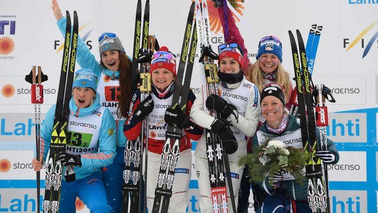 Сегодня. Лахти. Юлия БЕЛОРУКОВА и Наталья МАТВЕЕВА (крайние слева) с призерами гонки. Фото AFP